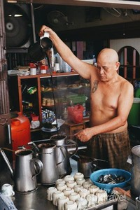 The Famous uncle in town, Asiang. Sedang beraktraksi menarik kopi, menjadi pertunjukan yang seru dikalangan traveller.