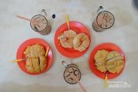 KOpi Tiam SUka Hati, selain kopi hitam yang enak, roti srikaya dan pisang goreng srikaya juga wajib dipesan.