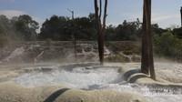 Sumber air belerang di kolam lapisan teratas