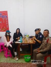Polisi dan polisi turis yang baik hati ngajak saya makan sebelum berangkat ke hotel