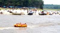 Terlihat wisatawan menaiki perahu karet di Pulau Cinta Teluk Jering