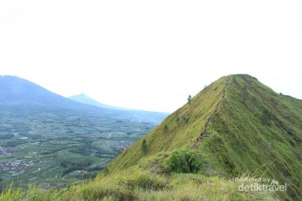 Gunung Merbabu dan Merapi nampak gagah di seberang sana