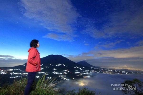 Pemandangan malamnya pun sungguh mempesona, dengan kelap-kelip lampu kota di bawah berpadu dengan latar Gunung Merbabu yang gagah