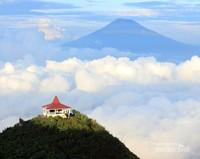 Dan setelah sampai di puncak Andong hampir semua gunung yang ada di Jawa Tengah bisa terlihat