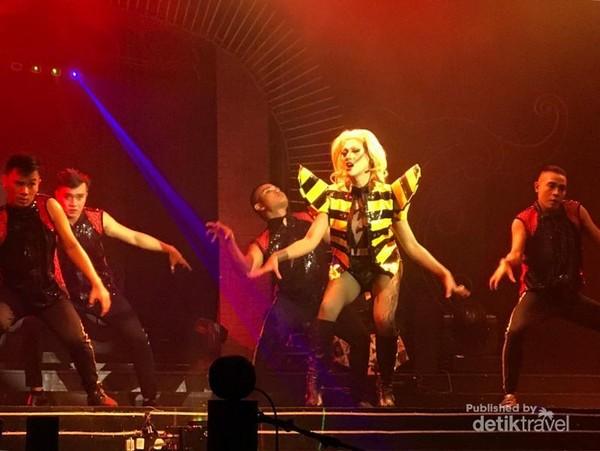 Pemeran si Poker Face, Lady Gaga KW dengan kostum dan koreografer mirip aslinya saat membawakan lagu Bad Romance.