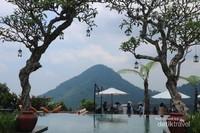 Kolam renang dengan latar belakang pemandangan bukit - bukit