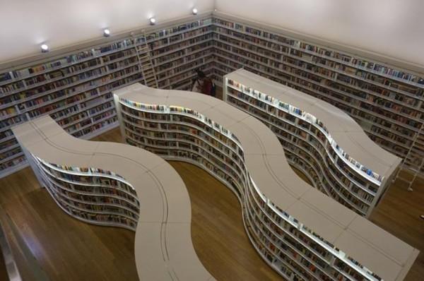 Desain rak buku yang unik menjadi salah satu ciri khas Library@orchard