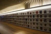 Deretan display koleksi majalah di dekat pintu masuk perpustakaan