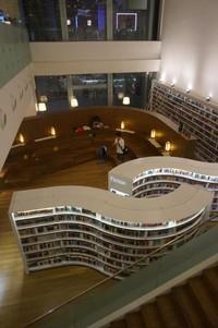 Lokasi baca yang didesain lebih luas untuk pembaca dalam jumlah banyak