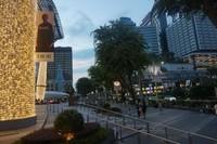 Suasana pusat perbelanjaan Orchard Road menjelang malam
