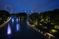 Singapore Flyer terlihat dari Dragonfly Bridge
