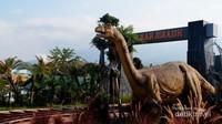 Replika dinosaurus yang dapat bergerak dan bersuara sehingga tampak lebih nyata.