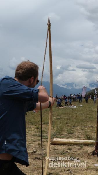 Salah satu turis dari Amerika saat jadi peserta lomba memanah.