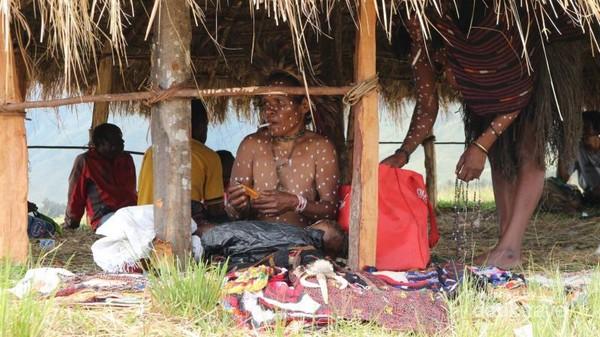 Pojok kerajinan dan souvenir khas Papua.