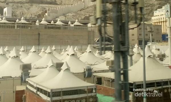 Tenda ini dipasang permanen dan tidak dibongkar walaupun musim haji sudah usai.