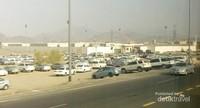 Mobil-mobil yang terparkir di tepi jalan.