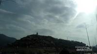 Sampai di Padang Arafah, salah satu icon yang wajib dikunjungi adalah Jabal RahmahDi musim haji, area ini penuh dengan tenda yang digunakan untuk wukuf. Tak jauh Jabal Rahmah terdapat Rumah Sakit dan juga Masjid Namirah.