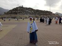Menyempatkan berfoto di antara jamaah umroh lain yang akan menaiki Jabal Rahmah.