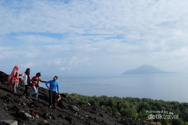 anak gunung krakatau dengan latar pecahan krakatau