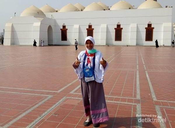 Berfoto di halaman Masjid Qisas.
