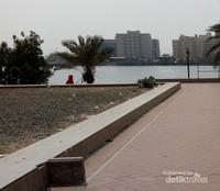 Dari halaman Masjid Qisas, pemandangan Kota Jeddah terlihat cantik.