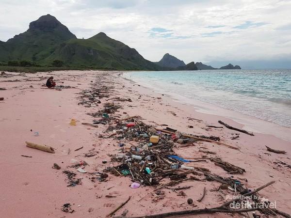 Tak ada lagi pantai indah jika masih suka buang sampah sembarangan.