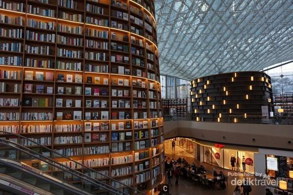 50.000 koleksi buku dan 6.000 majalah dalam dan luar negeri mengisi rak-rak raksasa