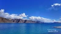 Biru air bertemu biru langit sama dengan Indah