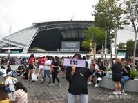 Bersiap masuk lokasi konser di National Stadium Singapura