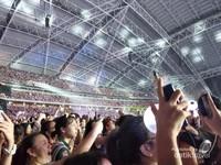 Suasana antusias para fans saat konser berlangsung