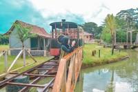 Replika stasiun kereta api beserta lokomotif dan juga sungai