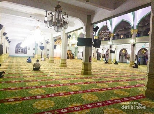 Interior dan karpet mesjid sultan