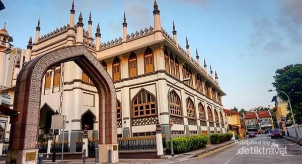 Salah satu spot foto di luar mesjid sultan