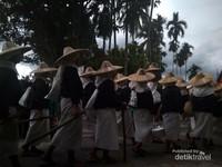 Pawai Adat dalam acara peresmian Cagar Budaya Perkampungan Adat Jorong Padang Ranah dan Tanah Bato --acara juga dihadiri oleh staf presiden
