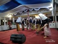 Para tetua melakukan ritual tarian pra-penanaman padi