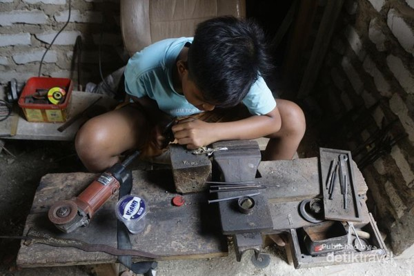 Pengrajin muda bernama Angga, mulai mahir membuat keris. Angga mewarisi keterampilan dari sang ayah yang memang seorang empu.