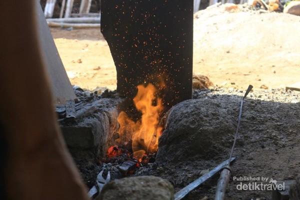 Proses peleburan logam pada awal pembuatan keris.