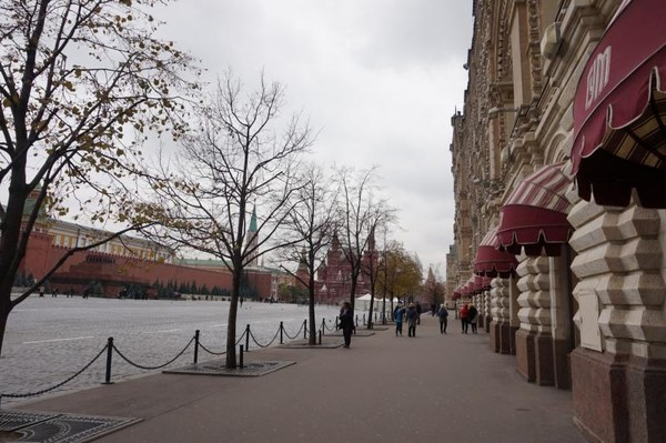 GUM terletak di Red Square dan sangat dekat dengan St Basil Cathedral