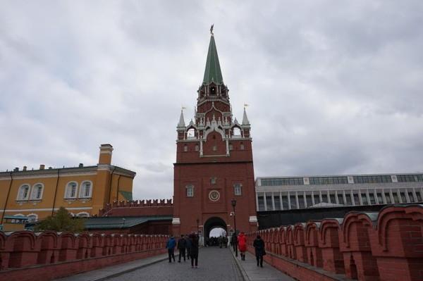 Kremlin berbatasan dengan Sungai Moskow di selatan, Katedral Santo Basil dan Red Square di timur, dan Taman Alexander di barat.