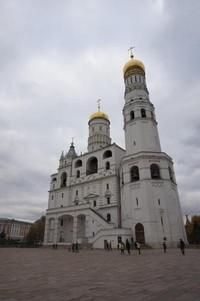 Kawasan Kremlin selain menjadi kediaman keluarga pemimpin Rusia, juga terdiri dari museum, gereja, juga kantor administratif