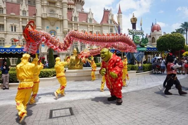 Masih dalam suasana Chinese New Year, Shrek pun melakukan pertunjukan barongsai
