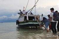 Kapal ini yang biasa digunakan untuk menyebrang ke Gili Ketapang.