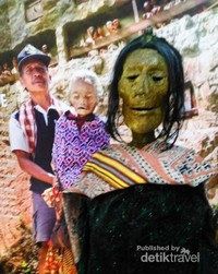 Replika mayat dari ritual adat Toraja