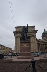 Patung perunggu di depan katedral yang didesain oleh Boris Orlovsky