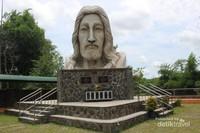 patung dengan tinggi sekitar 5meter ini terdapat persis di sampling gereja Santo Yakobus Alfeus.