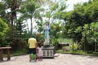 Patung Bunda Maria yang dikelilingi pepohonan menjadi tempat yang tenang bagi pengunjung yang ingin berdoa secara khusus.