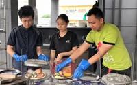 Masak dipandu oleh petugas masaknya
