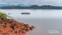 Sebuah perahu motor sedang melintas untuk mengantar traveler dari dermaga ke pulau yang diinginkan para traveler. Salah satu pulau yang paling banyak dikenal dan dikunjungi adalah Pulau Pinus