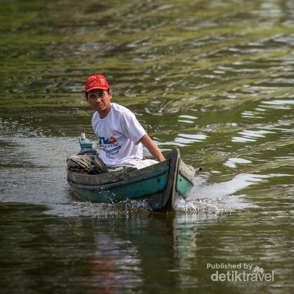 Perahu menjadi transportasi utama para warga yang tinggal di Pulau Pinus dan sekitarnya
