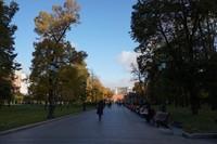 Taman ini sangat cantik dan nyaman untuk berjalan-jalan atau sekedar duduk bersantai